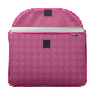 Alegre diseño de flores juveniles sobre color rosa funda para macbook pro