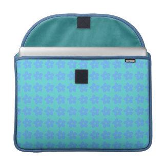 Alegre diseño de flores violeta sobre verde claro fundas para macbook pro