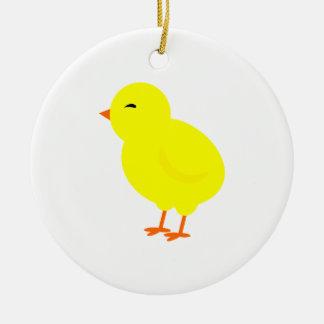Alegre el polluelo amarillo del bebé adorno navideño redondo de cerámica