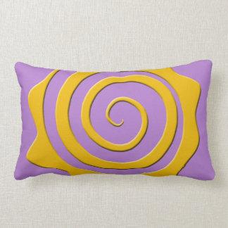 Alegre sol amarillo en espiral sobre fondo violeta cojin