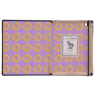 Alegre sol amarillo en espiral sobre fondo violeta iPad protectores