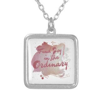 Alegría del hallazgo en el ordinario collar personalizado