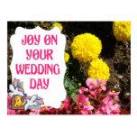 Alegría en su día, palomas y flores de boda postal