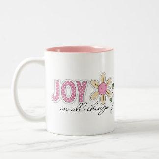 Alegría en todas las cosas taza de dos tonos