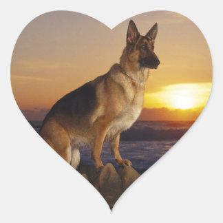 Alemán Shepard en la puesta del sol Pegatina En Forma De Corazón