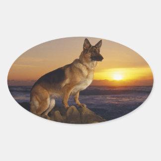 Alemán Shepard en la puesta del sol Pegatina Ovalada
