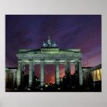 Alemania, Berlín. Puerta de Brandeburgo en la noch Poster