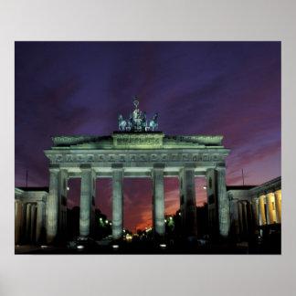 Alemania, Berlín. Puerta de Brandeburgo en la noch Póster