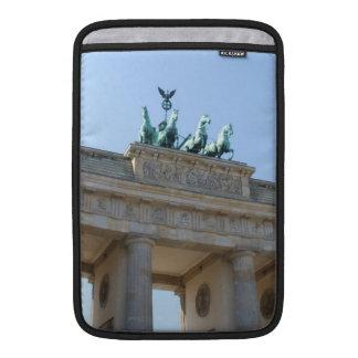 Alemania, Berlín. Puerta de Brandeburgo Fundas MacBook