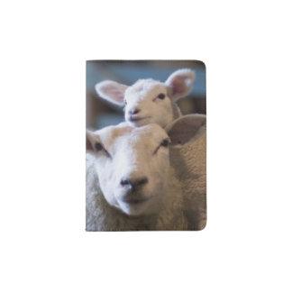Alemania, ovejas y cordero mintiendo en el heno en porta pasaporte