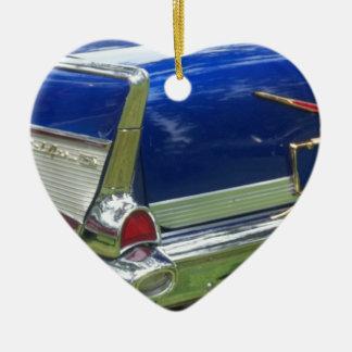 Aleta 1957 y defensa posteriores de un azul chevy adorno navideño de cerámica en forma de corazón