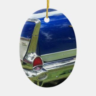 Aleta 1957 y defensa posteriores de un azul chevy adorno navideño ovalado de cerámica