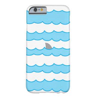 Aleta divertida del tiburón en el ejemplo del agua funda de iPhone 6 barely there