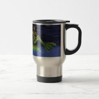 Aleta que sumerge la sirena en tortuga detrás taza
