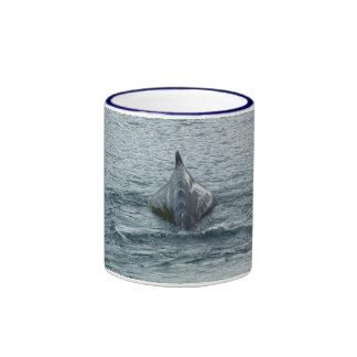 Aleta trasera y dorsal de la ballena taza de dos colores