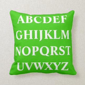 ALFABETO BLANCO en la almohada llana verde