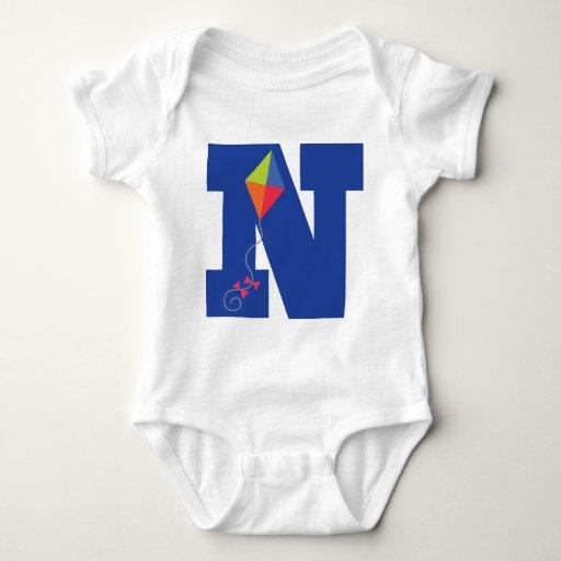 Alfabeto de la letra N del monograma del niño de Playera