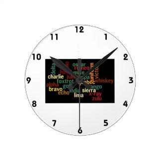 Alfabeto fonético de OTAN (fondo oscuro) Reloj Redondo Mediano