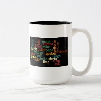 Alfabeto fonético de OTAN (fondo oscuro) Taza De Café De Dos Colores