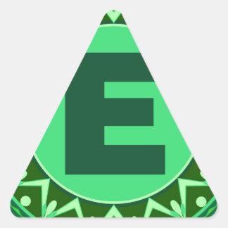 Alfabeto verde conocido inicial e de la letra del pegatina triangular