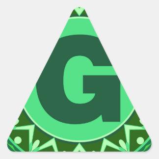 Alfabeto verde conocido inicial g de la letra del pegatina triangular