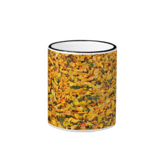 Alfombra amarilla de las hojas de otoño taza de café