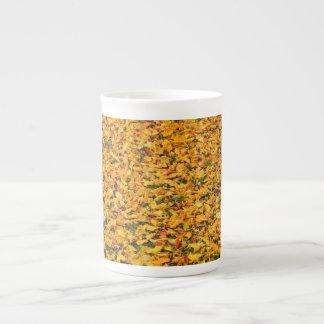 Alfombra amarilla de las hojas de otoño tazas de porcelana