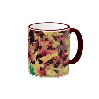 Alfombra de las hojas de otoño taza