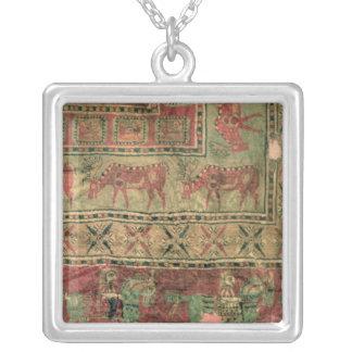 Alfombra de pila que representa caballos y a jinet joyeria personalizada