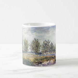 Alfred Sisley - Wiese en en 1880 aceite en lona Taza Básica Blanca