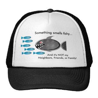 Algo huele a pescado… gorras