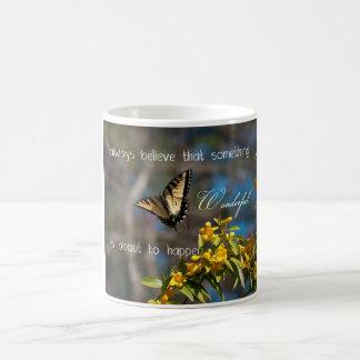 Algo taza maravillosa de la mariposa