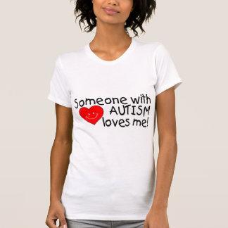 Alguien con autismo me ama el corazón camiseta
