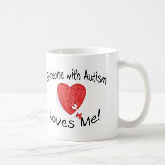 Alguien con autismo me ama (P Hrt) Taza Básica Blanca