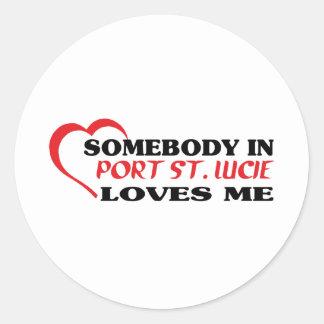 Alguien en   amores yo camiseta etiqueta redonda