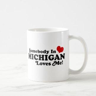 Alguien en Michigan me ama Tazas De Café