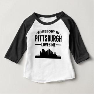 Alguien en Pittsburgh me ama Playera De Bebé