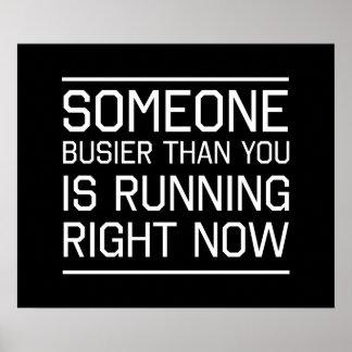 Alguien más ocupado que usted está corriendo ahora poster