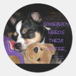 Alguien necesita el perro de la chihuahua del café pegatina