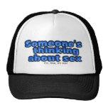 Alguien que piensa gorra