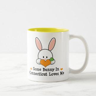 Algún conejito en Connecticut me ama taza