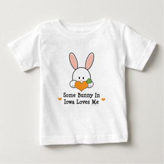 Algún conejito en Iowa me ama camiseta infantil