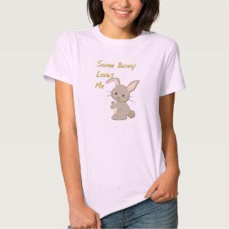 Algún conejito me ama camiseta remeras