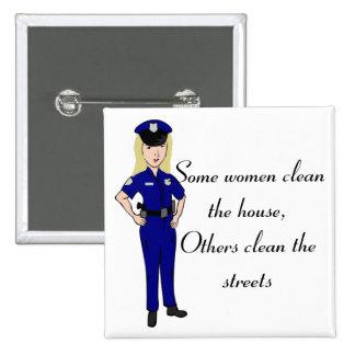 Algunas mujeres limpian el botón del oficial de