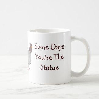 Algunos días usted es la paloma, algunos días la e taza