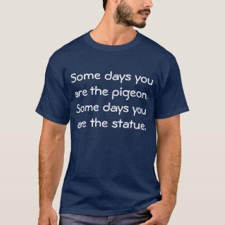 Algunos días usted es la paloma. Algunos días Playera
