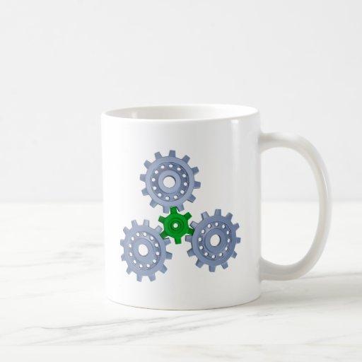 Algunos engranajes de la plata con un poco verde tazas de café