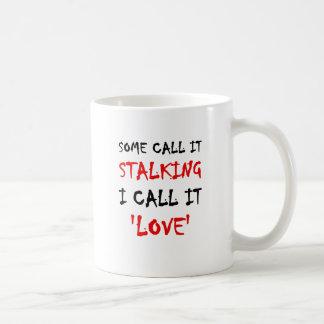 Algunos lo llaman acechando que lo llamo amor taza