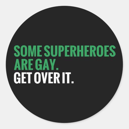 Algunos super héroes son gay.  Consiga sobre él Pegatina Redonda