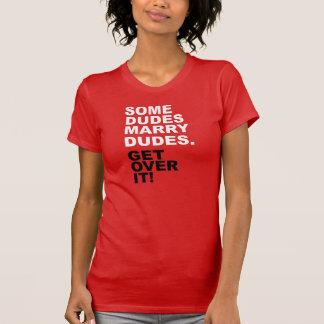 Algunos tipos casan a tipos. ¡Consiga sobre él! Camiseta